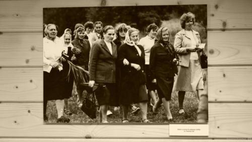 Kobiety w drodze do świętego źródła.